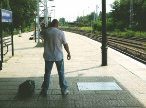 Reicher Russe beim S-Bahn-Kauf. Kohle in der Reisetasche (links unten)