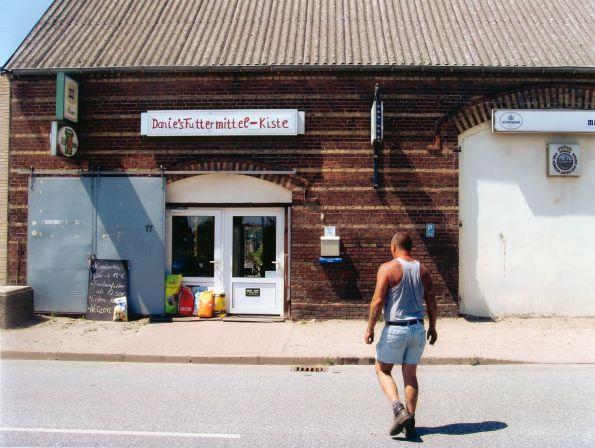 Havelberg 2005. Ein Mann, ein Schild, ein Laden. © Christian Brachwitz