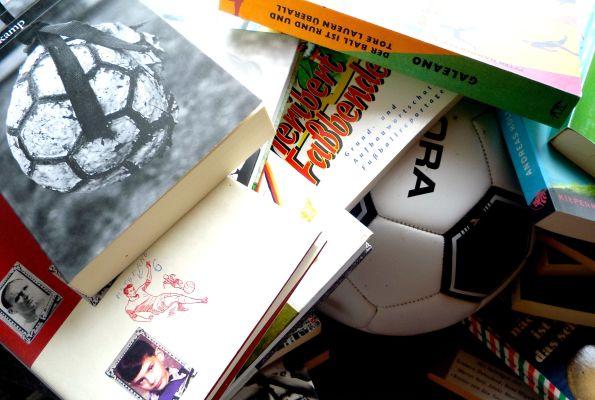 Nicht die Bücher, das Geld erdrückt den Fußball. Die Bücher wollen nur witzig sein.