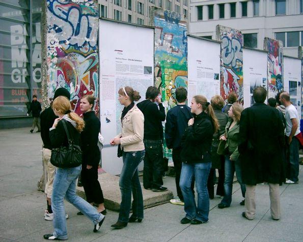 Junge Touristen vor Mauer-Resten (wenn sie denn wirklich von der Mauer sind)