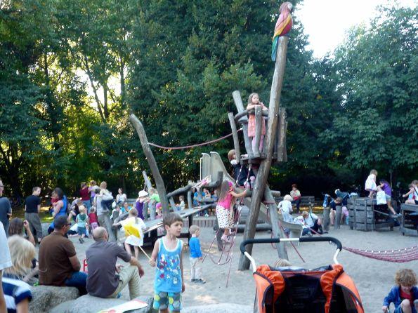 Berlin-Karlshorst. Gestern noch Kinderfest, heute Wahltag. Viele Zugezogene