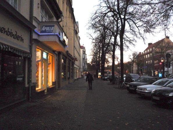 Bölschestraße Samstagabend. Bei Apollo brennt noch Licht