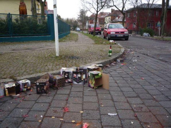 Nach der Böllerschlacht: Vieles in unserer Straße ist heil geblieben.