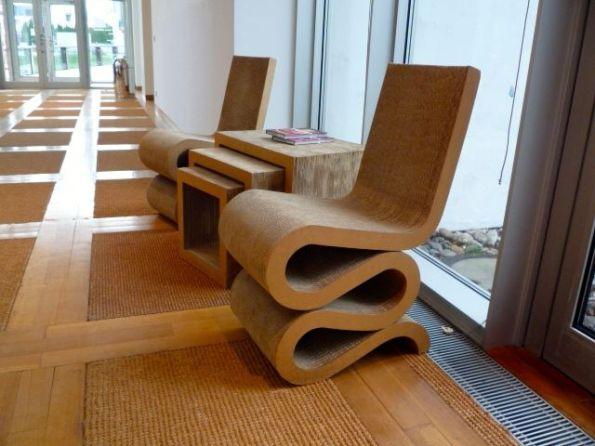 Nicht jeder mag sich so verbiegen. Stühle von Frank O. Gehry im Energie-Forum-Innovation Bad Oeynhausen