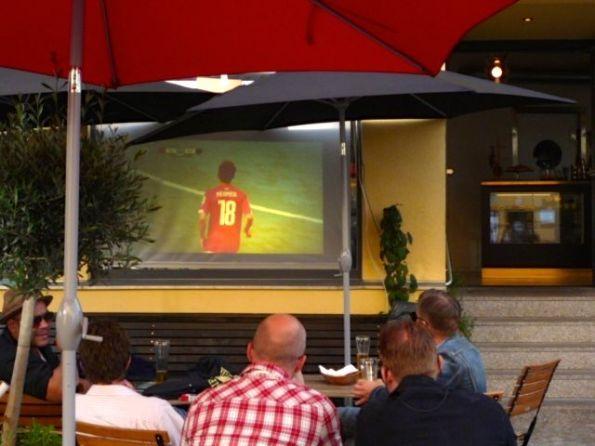 Berlin Luxemburg-Platz. Irgendwo ist immer Fußball