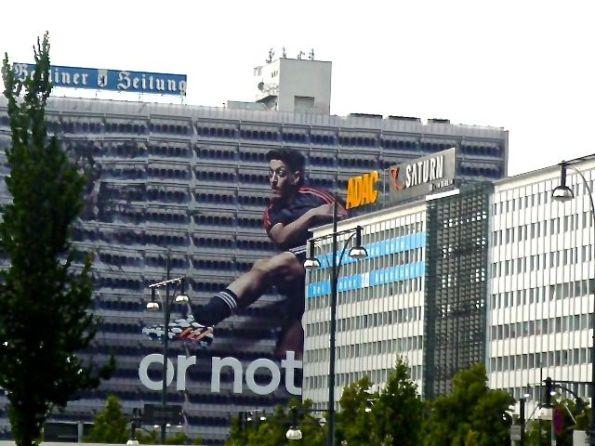 Berlin Alexanderplatz. So groß kann Özil sein.