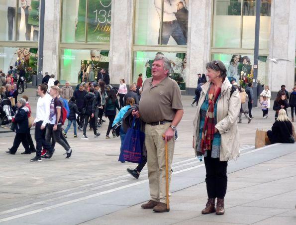 Der Mann bestaunt den Platz, die Frau bestaunt den Mann. Links außen: Sagenhaft, wie kleine manche Damen sind