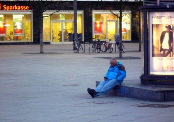 Dämmerung. Der Blaumann auf dem Alexanderplatz auf dem Weg zum Filmtheater am Friedrichshain
