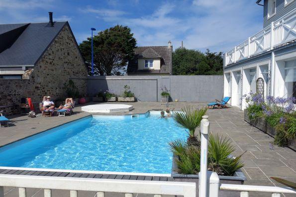 Am Pool in der schönen Normandie, von deren Schönheit man hier nicht viel sieht © Christian Brachwitz