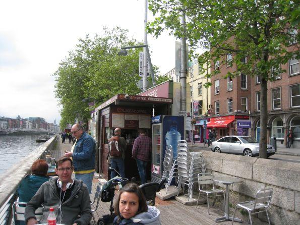 Auch hier, in Dublin, sitzen einige frische Gesichter, direkt am Liffey River. Andere Gesichter stehen aber auch
