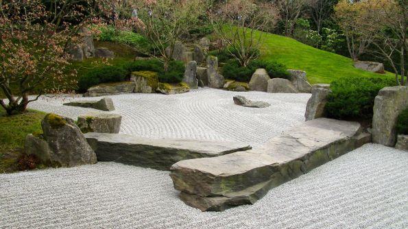Japanischer Garten. Steine können wie Wasser sein