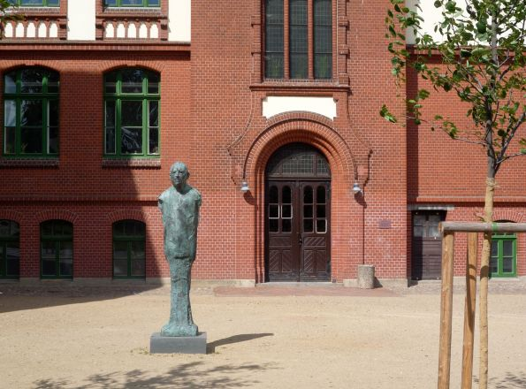 Seitenflügel unserer alten Schule. Die Skulptur soll Uwe Johnson darstellen, der hier wahrscheinlich seine besten Tage erlebte