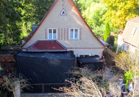 Geheimnisvoller Schwarzraum vorm Haus