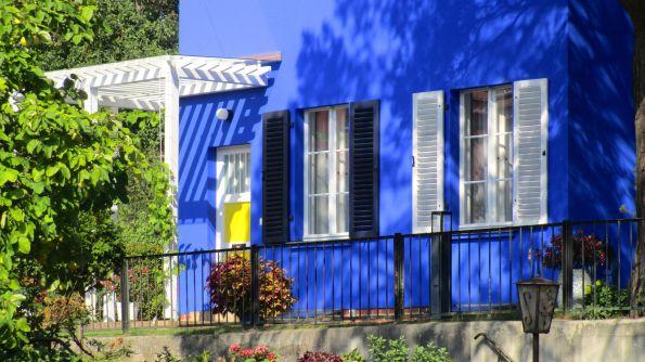 Die freche gelbe Tür im blauen Haus
