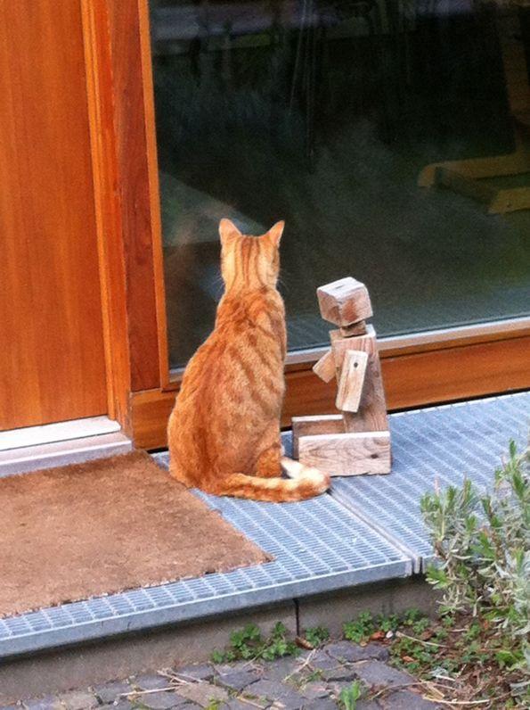 Die Katze ist natürlich zwölf Jahre alt bzw. zwölf Jahre älter als die Holzpuppe