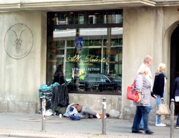 Vor der Boutique ist der Kontrast am größten – Berlin-Mitte, Rosenthaler Straße