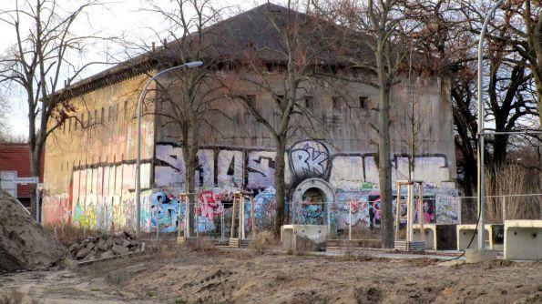 Du lass dich nicht verbunkern in dieser verbunkerten Zeit. Hochbunker in Berlin Karlshorst