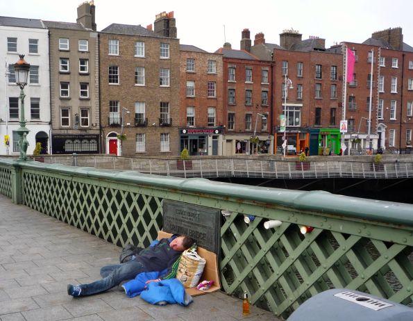 Wohl dem, der nicht unter den Brücken schlafen muss, sondern auf den Brücken schlafen kann © Fritz-Jochen Kopka