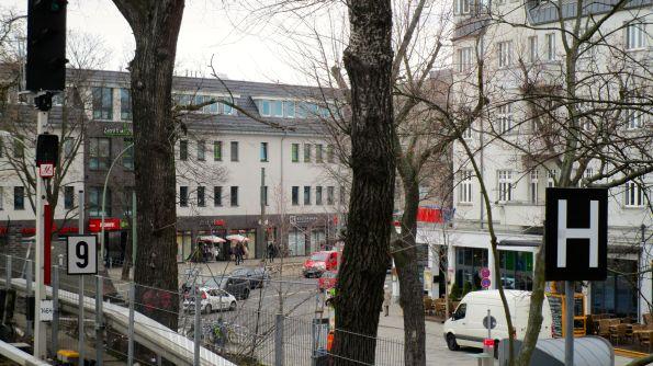 Kleiner Markt hinter Bäumen und Blöcken versteckt