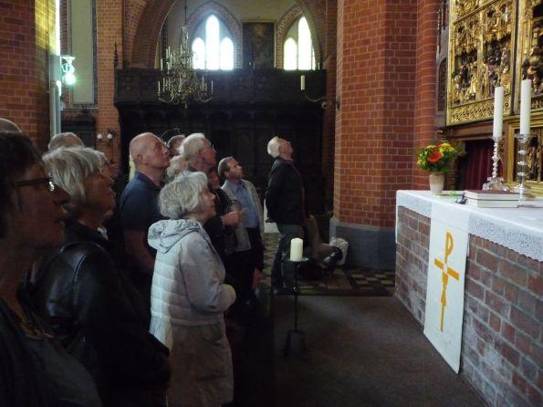 Vor dem Altar in der Pfarrkirche. der Schwebende Engel hängt aber im verschlossenen Dom