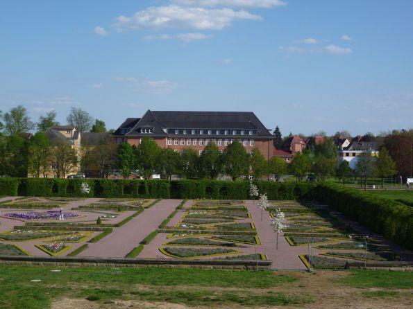 Der Sxhlossgarten.Die Geometrie ist ja mustergültig, aber wir würden uns wünschen, dass die Pflanzen auch wachsen