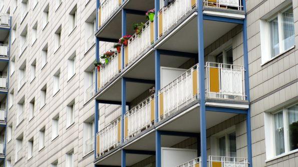 Hinter jedem Fenster ein TV-Gerät und überall das selbe Programm © Fritz-Jochen Kopka