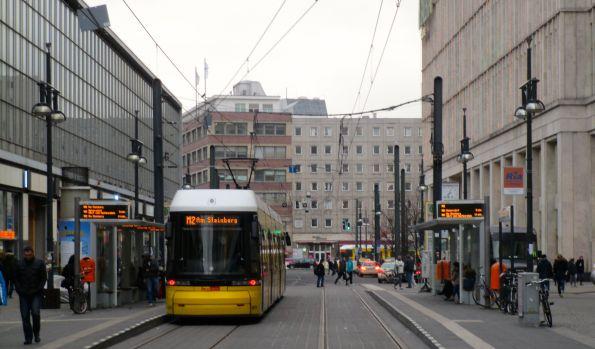 Ob 2 oder 21 – Straßenbahn ist Straßenbahn. Auf jeden Fall wird drinnen mit dem Smartphone gearbeitet