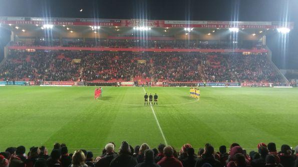 Nichts deutet auf ein tristes Spiel hin. Schiedsrichter Dingert genau auf der Mittellinie. © Ulf