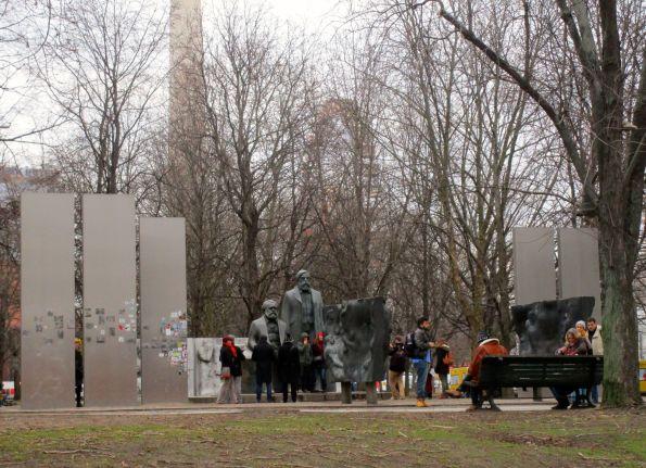 Marx schaut noch grimmig, Engels hat resigniert © Fritz-Jochen Kopka